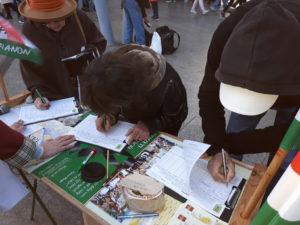 Aláírásgyűjtés az Örs vezér téren Trianon felülvizsgálatáért.