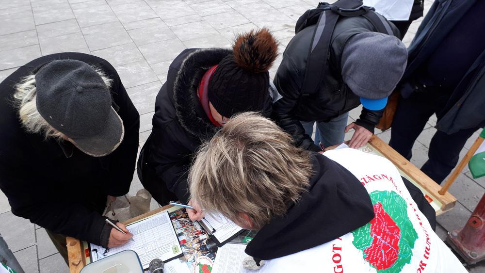aláírók a Határ útnál