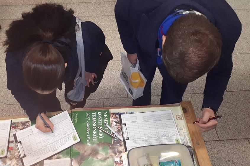 aláírók az Etele téren