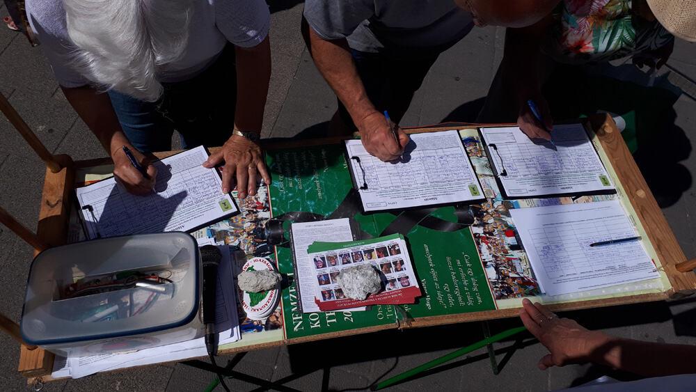 aláírók a XI. kerületi Vásárcsarnoknál