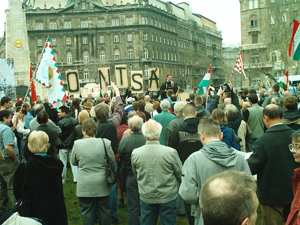 Tüntetés a Szabadság téri szovjet obeliszk elbontásáért 2004-ben